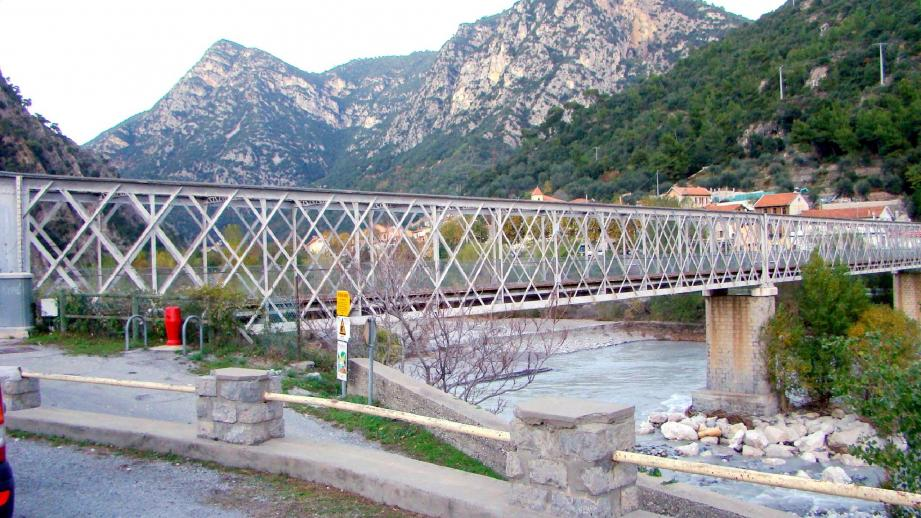 Lors de la réunion mercredi soir, élus et représentants d'EDF et du Sdis ont présenté aux riverains les dernières dispositions mises en place pour les travaux. A droite, le pont qui mène à l'usine hydro-électrique de Plan-du-Var.(Photos Jean-Marie Moreau)