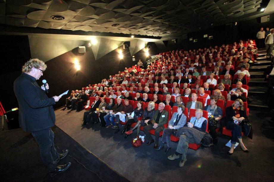 Plus de deux cents personnes au cinéma Casino pour une première exceptionnelle à 17 h 30, en présence du réalisateur Richard Hobert (ci-dessus sur scène et dessous à droite), qui a présenté son œuvre en français puis dans sa langue natale.
