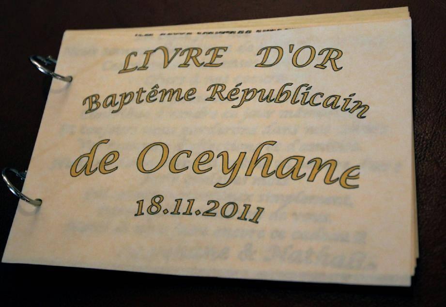 Dans la salle des mariages, Oceyhane a été la première à être baptisée civilement par le maire de Cannes, qui a signé le livre d'or présenté par Nathalie, sa maman. Ici, en présence également d'Aude, sa marraine originaire de Cagnes-sur-Mer.(Photos Serge Haouzi)