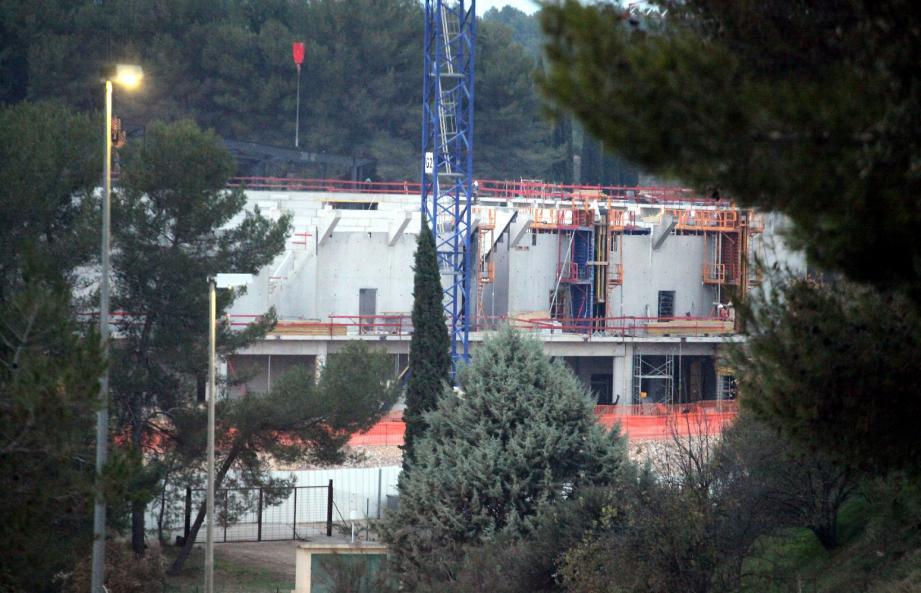 Le chantier de la salle des sports des Trois-Moulins hier. La municipalité entend confier sa gestion à un privé pour un bail de sept à dix ans.(Photos Vincent Rossotti)