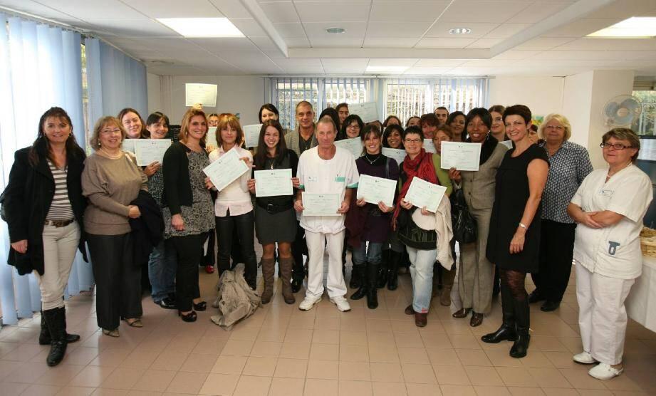 Les élèves ont reçu leurs diplômes des mains de Laura Martin, directrice des soins, et de Christelle Martiny, infirmière formatrice.(Photo OLivier Poisson)