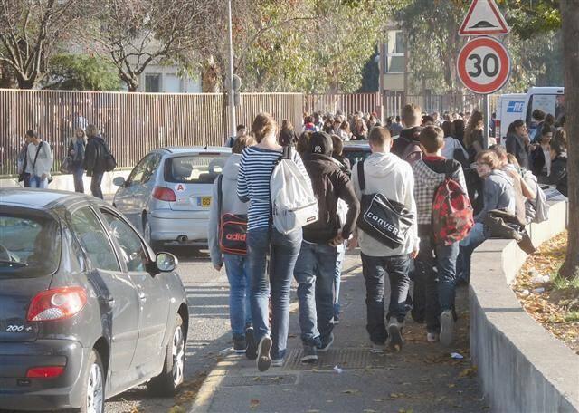 Les cinq mineures ont agressé les lycéennes devant l'arrêt de bus du lycée Renoir.