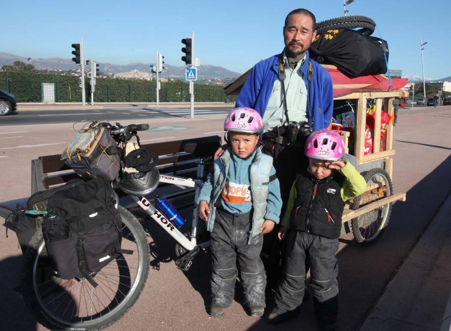 Kim pédale à raison de 30 à 40 km par jour en tirant une carriole « fait maison » de 100 kgs dans laquelle sont installés ses deux fils.