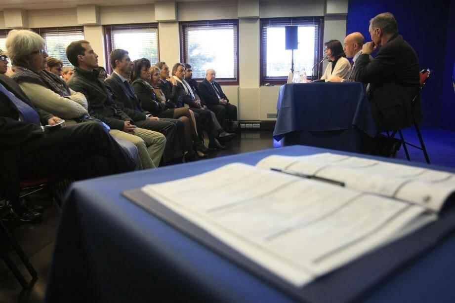 Les quinze premiers contrats de travail « RSA », qui ont tant fait polémique, ont été signés hier au conseil général.