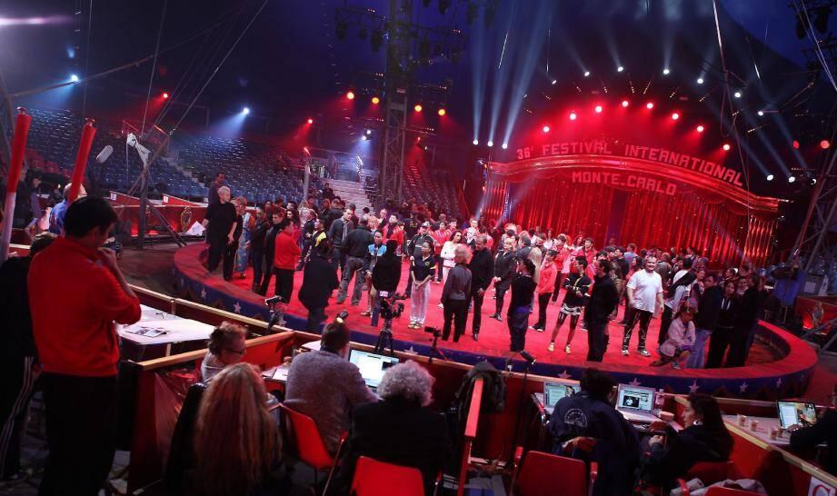 Sur la piste des étoiles, 200 artistes de 22 nationalités enchaîneront des numéros plus époustouflants les uns que les autres.