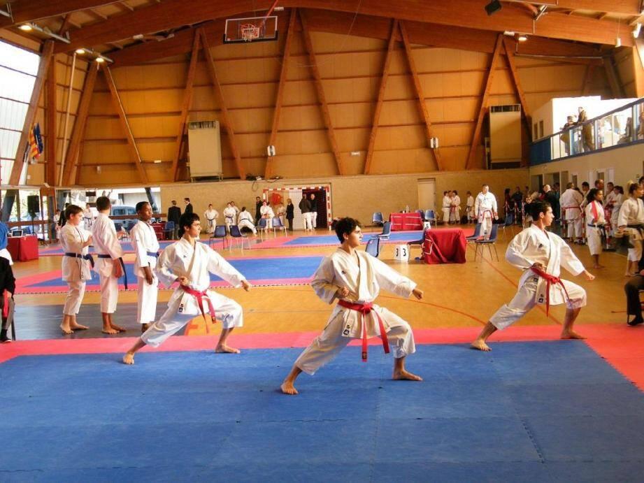 Le kata par équipes est tout aussi spectaculaire et demande une grande coordination.