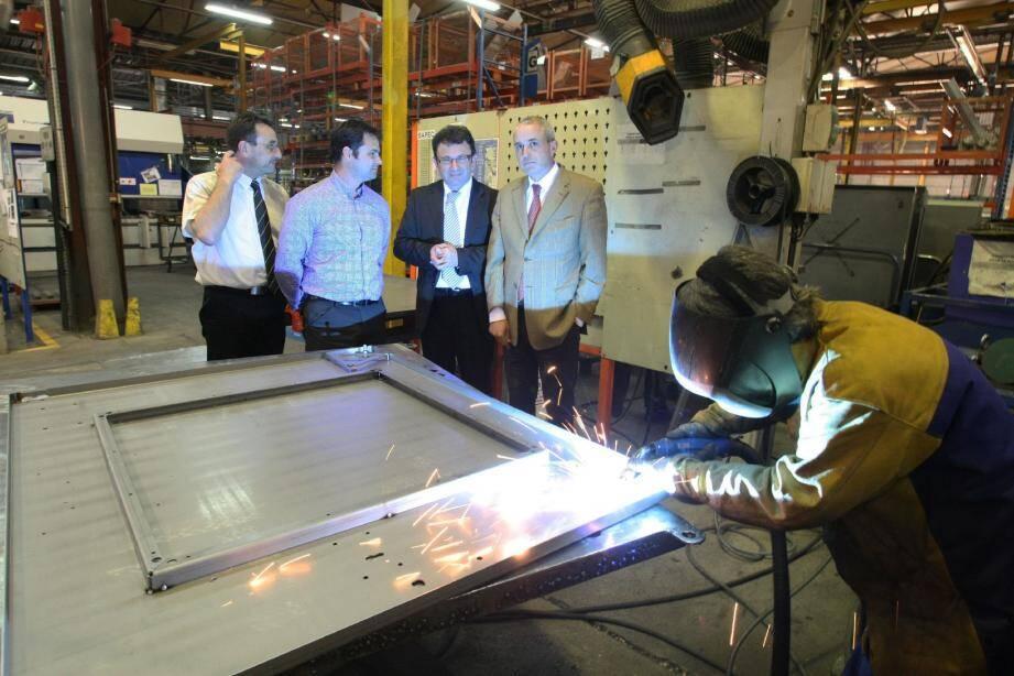 Dans l'usine de fabrication de transformateurs électriques, le préfet a vanté les entreprises industrielles, « colonnes vertébrales de l'économie ».