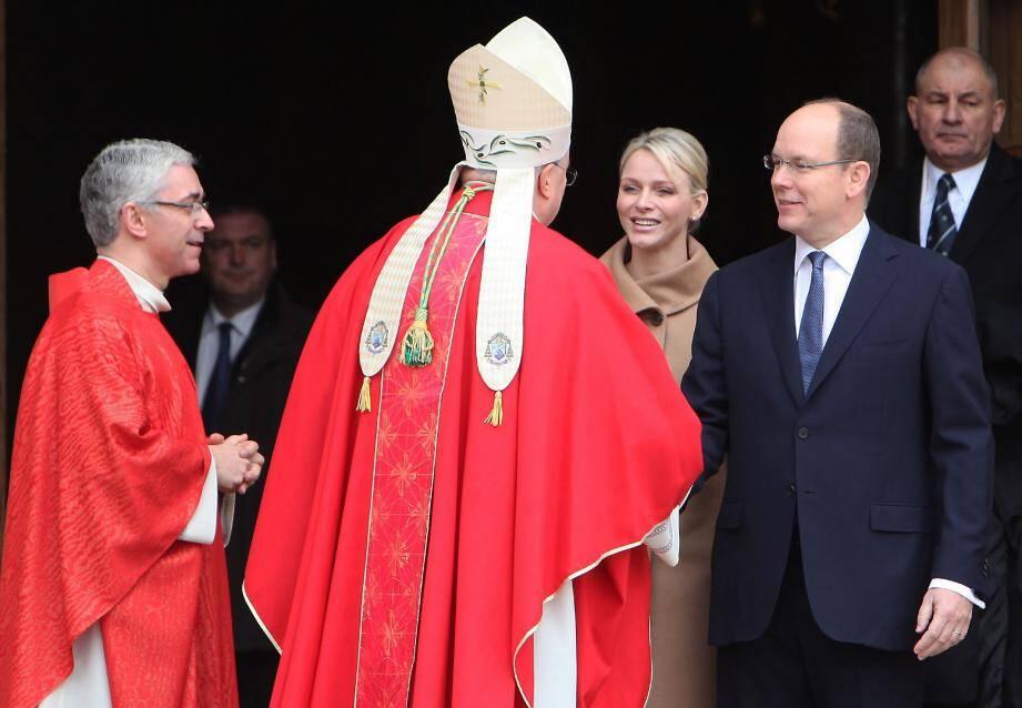 Le souverain et la princesse Charlène ont assisté à la célébration à la cathédrale. Ensuite le cortège s'est rendu jusqu'à la place du Palais. Monseigneur Barsi, l'archevêque de Monaco (photo à droite ) présente les reliques de sainte Dévote à la Principauté.
