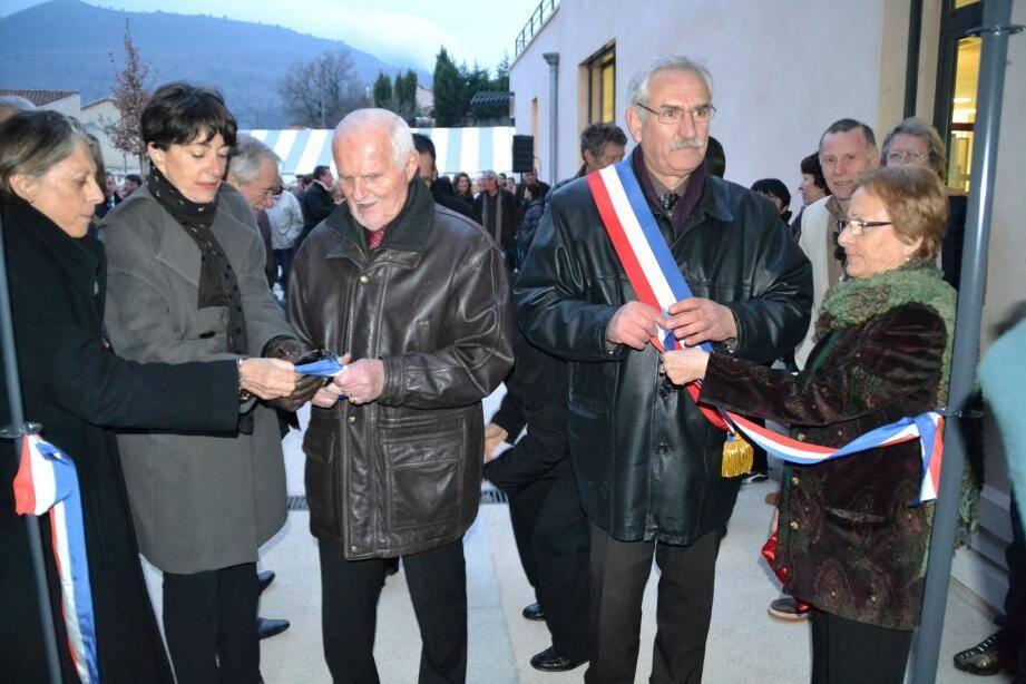 Le partage du ruban tricolore après avoir ouvert les portes du pôle culturel.
