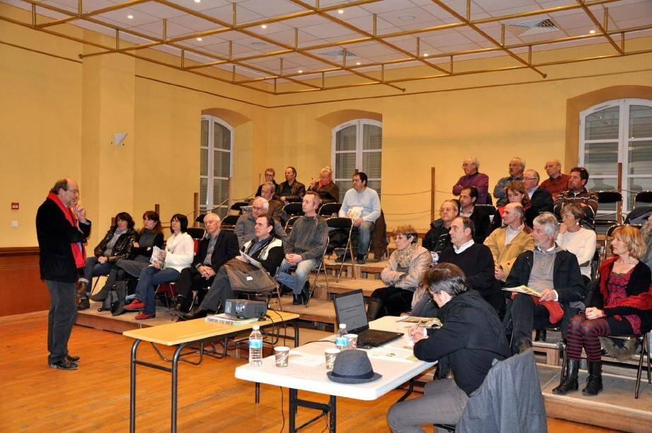 Mickaël Latz (à gauche ), président du syndicat mixte du Pays de la Provence verte, a présenté le Schéma de cohérence territoriale (Scot) avant de répondre aux interrogations de chacun.
