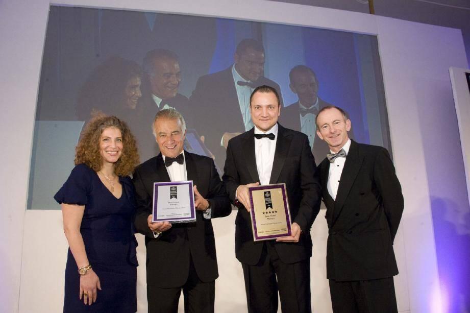 Xavier F. Rugeroni, vice-président régional et directeur général du Fairmont Monte Carlo (2e à gauche) et Farid Rouibi, directeur vente marché individuel, tour-opérateurs, agences & e-commerce ont récupéré à Londres les prix de l'établissement.(DR)
