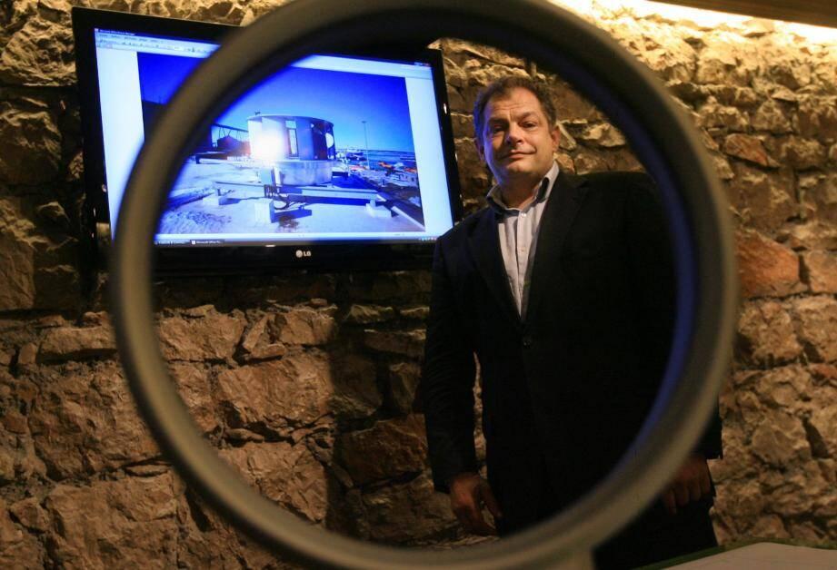 L'aérogénérateur Anemoos (en fond de plan sur notre image), de la société Comodos, semble promis à un bel avenir. Ici Jérôme Méplon, gérant associé.