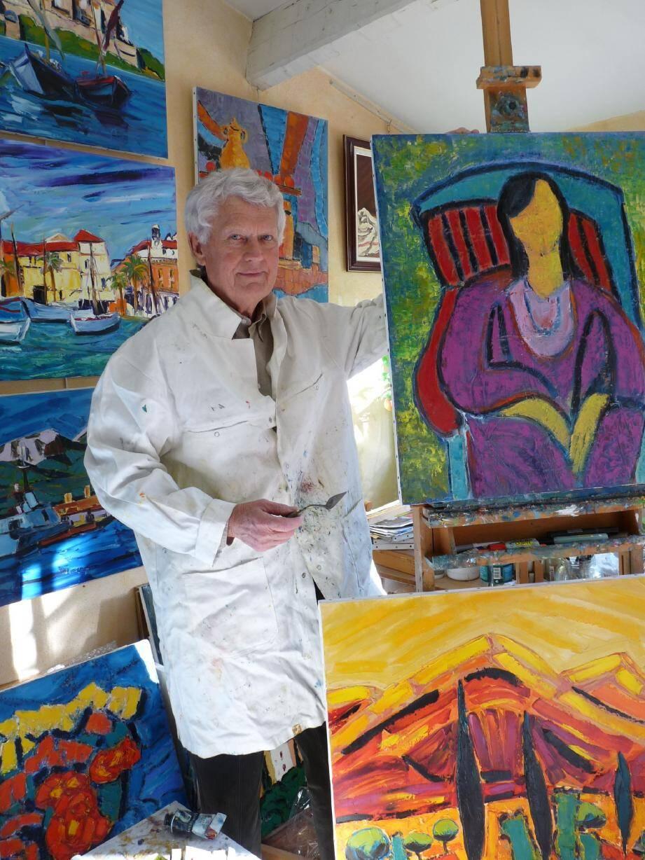 Dans son atelier, Henri Borowski travaille au milieu d'une foule de toiles colorées.