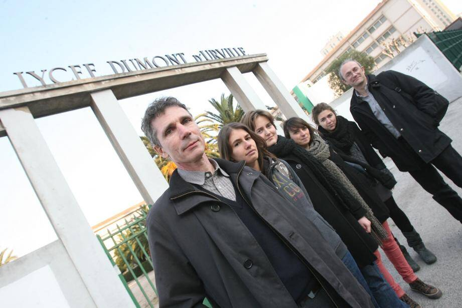 Entourés de leurs élèves, Laurent Ayache, prof de philo en Khâgne, et Emmanuel Pestourie jugent cette fermeture de classe « injuste » et regrettent, par-dessus tout, de ne pas avoir été consultés à ce sujet.