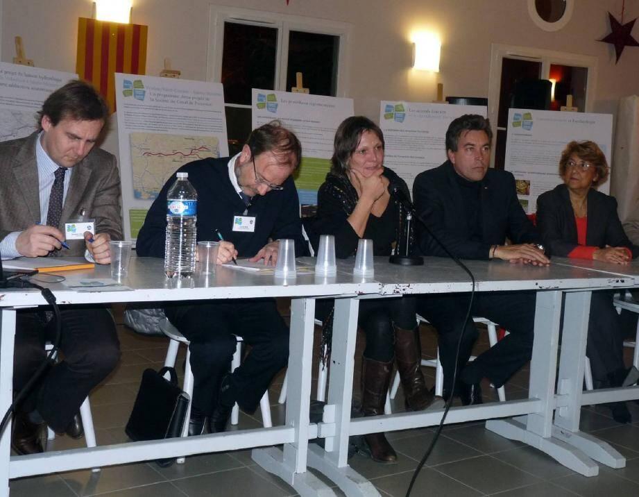 De gauche à droite : Vincent Kulesza, chef de projet, Lionel R eig, directeur adjoint de la SCP, Florence Lanliard, maire du Plan, Vincent Morisse, maire de Sainte-Maxime, et sa première adjointe, Mme Martel.