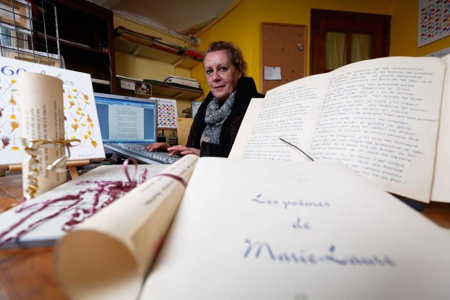 Marie-Laure écrit des poèmes à la demande dans sa boutique du Castellet. Depuis peu, vous pouvez les lui commander via Internet.