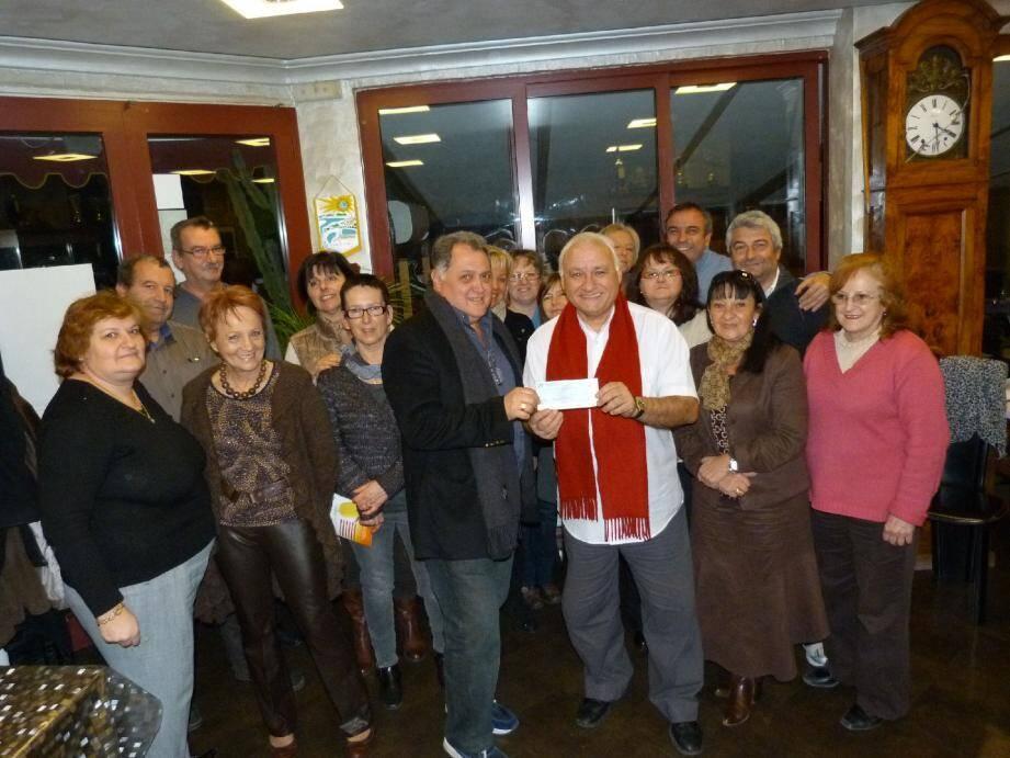 Daniel Mineo de l'association Menton Cœur de ville (à gauche) a remis un chèque de 5 000 euros au président de l'association Enfants et santé, Jean-Claude Germaine.