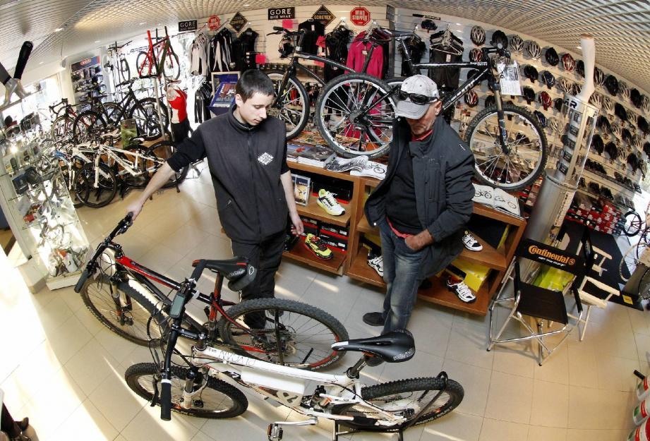 Nicolas présente à un client différents types de cycles.