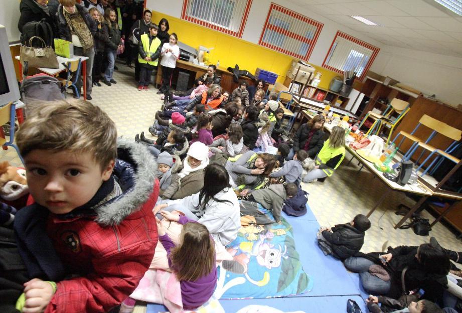 C'est dans cette salle que plusieurs parents de l'école Langevin de Vallauris ont passé la nuit.