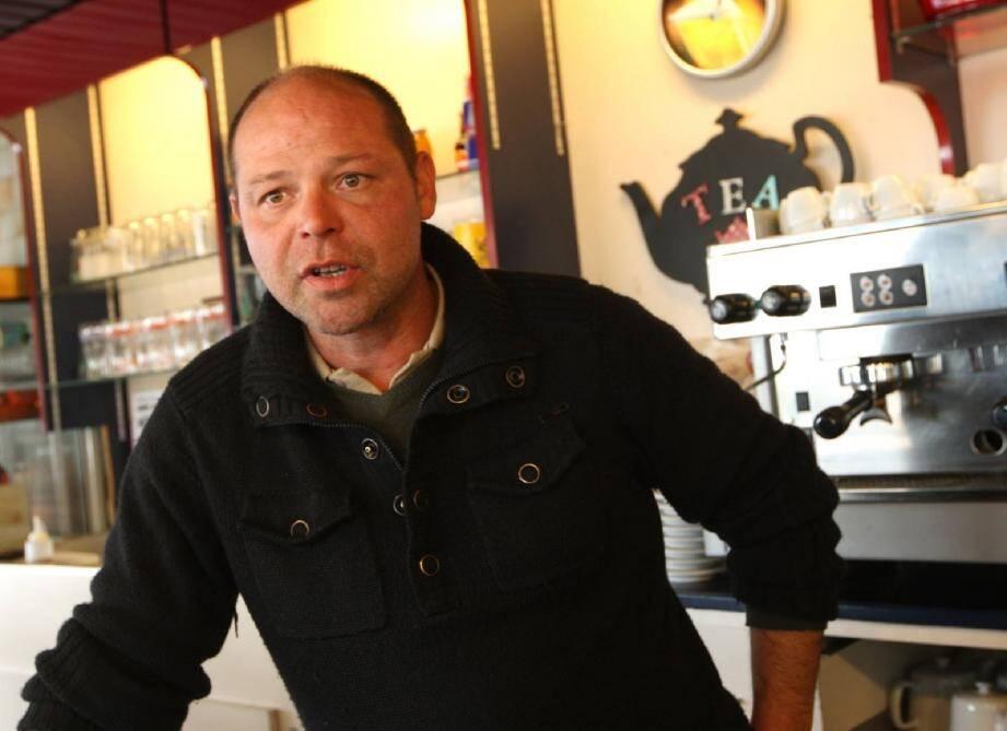 Patron de la brasserie du Commerce, Dominique Rolain a été intrigué, vendredi matin, par une cascade de bruits métalliques, « comme si des étagères dégringolaient ». (Ph. Richard Ray)