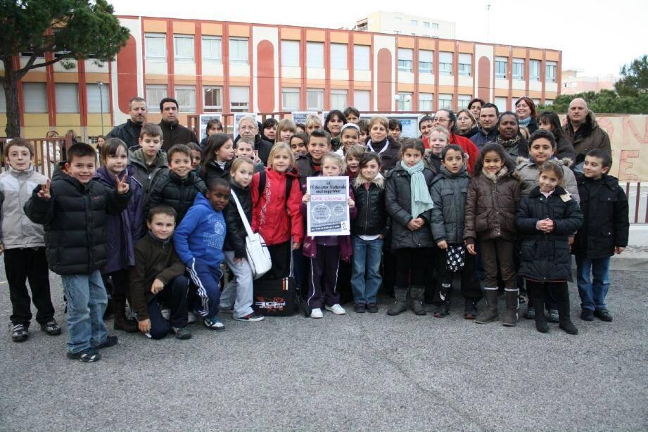 Les parents et enfants de Castillon 1 sont tous unis pour défendre leur classe menacée.