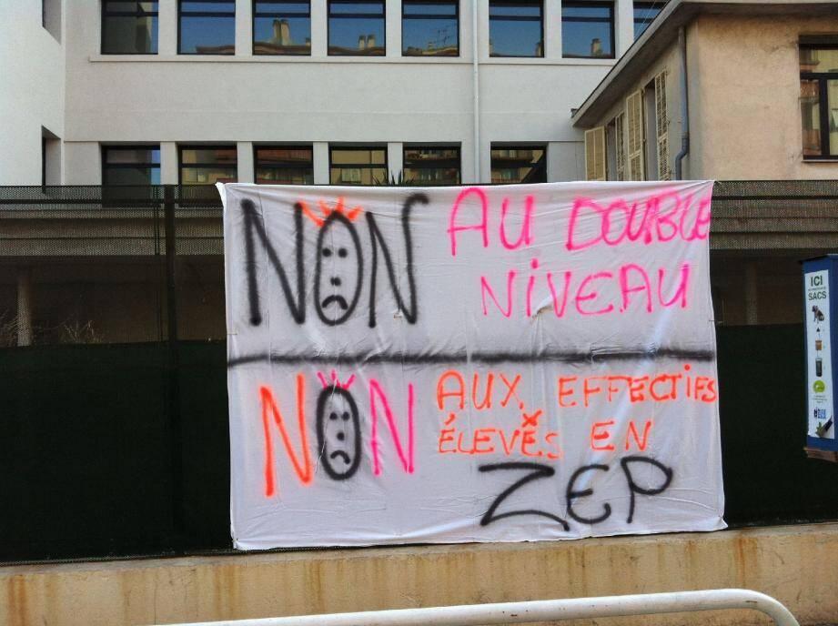 Les parents d'élèves du groupe scolaire Nice-Flore, implanté à L'Arénas, ont décoré les façades de banderoles revendicatives. Pour dire « non » aux suppressions de classes envisagées.
