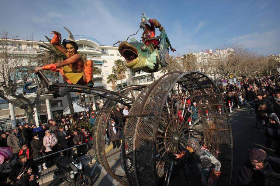 Hier après-midi, près de 3 000 spectateurs ont fait le déplacement sur le front de mer raphaëlois pour assister à la chevauchée divagante animée par la troupe Transe Express. Les fantaisies carnavalesques sont entrées dans le vif du sujet.