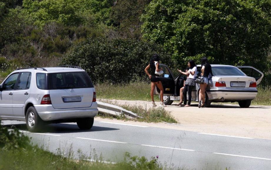 Depuis que la Ville de Cannes a pris un arrêté antiprostitution, fin décembre, le nombre de jeunes femmes qui vendent leurs charmes aux abords du lac de Saint-Cassien a doublé, selon les gendarmes.