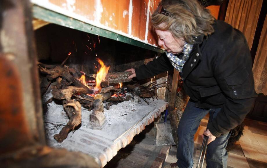 Le feu de la cheminée, seule source de chaleur pour Micheline Cleyet.