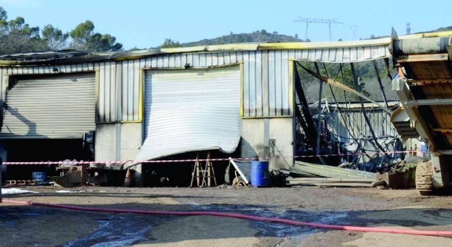 Les flammes ont détruit tout le matériel, véhicules et engins de terrassement entreposés dans le hangar.