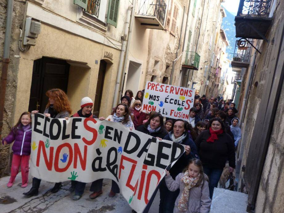 Parents d'élèves et enseignants ont défilé dans le village, armés de banderoles et de pancartes. Une scène rare à Puget-Théniers.