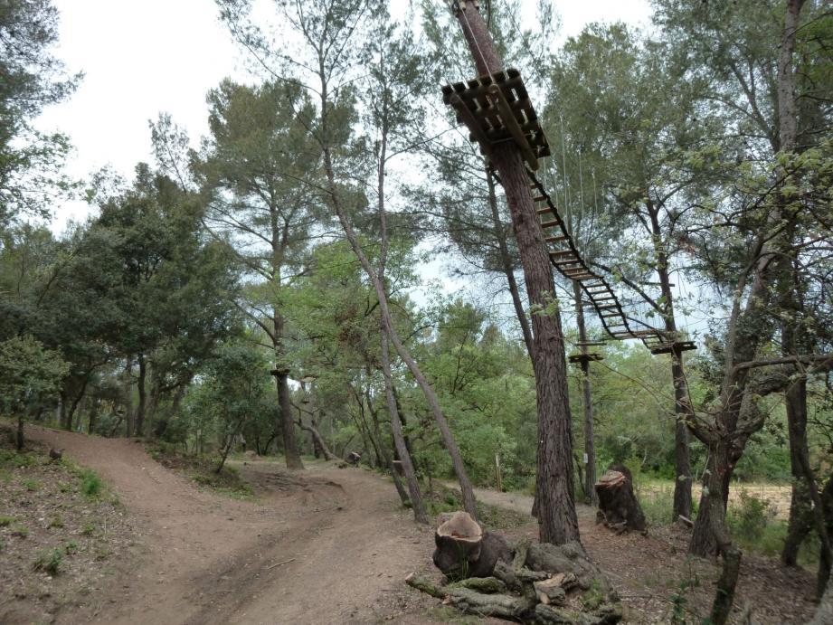 Le parcours accrobranche aménagé ces derniers mois sur le sommet du Mont Fenouillet, à Hyères, par les communes de... La Crau et Carqueiranne.