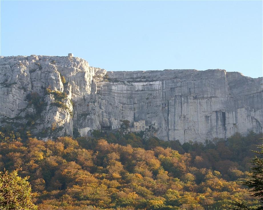 La barre rocheuse et la grotte de Sainte-Marie-Madeleine, symbole d'une identité cultuelle du massif. Une singularité propre au futur parc naturel régional de la Sainte-Baume.