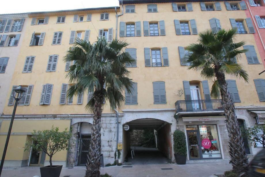 Un trois-pièces et son studio attenant situé dans l'hôtel particulier où vivait l'octogénaire à Grasse a été vendu 68 000 euros à la fille de la curatrice.