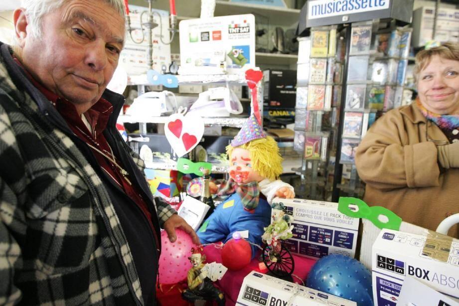 Mme Cornille a accepté bien volontiers que les clowns apportés par Jo Rapetti s'installent dans sa vitrine. Mémoire vivante du quartier du Bon Puits, elle apprécie chaque animation proposée par le CIL.