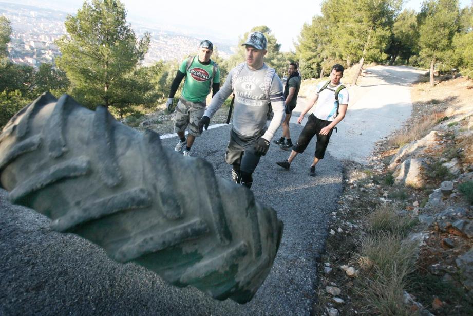 Solides comme des rocs, les trois militaires, Mikey, Roc et Olivier, aidés par Jérémy, un ami kiné, n'ont eu besoin que de trois heures et huit minutes pour emmener ce pneu de tracteur en haut du massif.