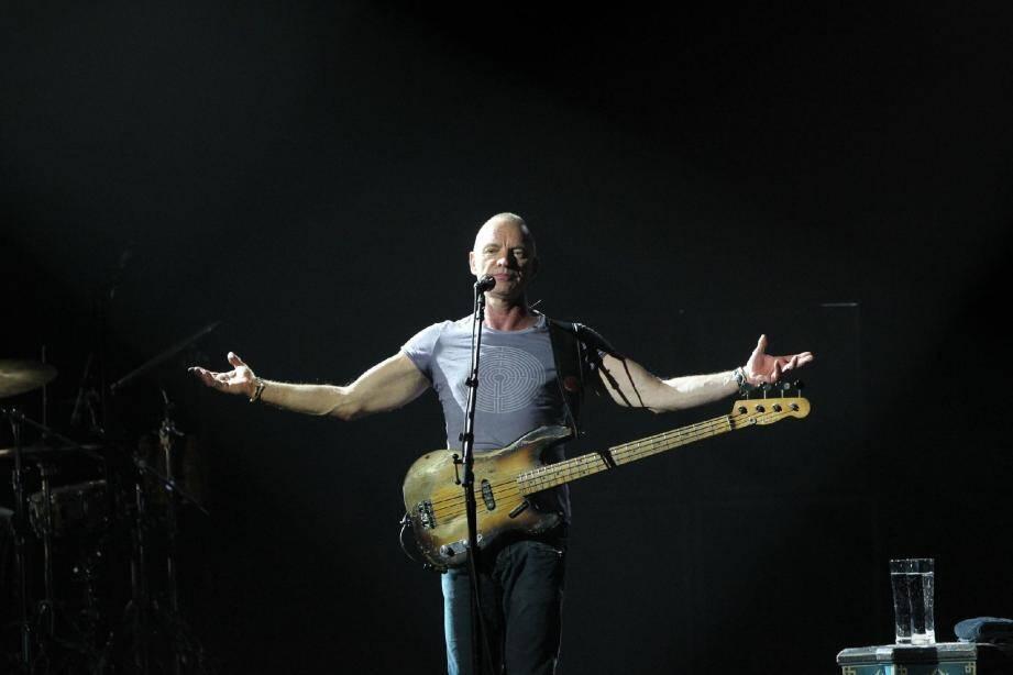 Sting s'est produit, hier soir, au Sporting, à l'occasion d'une tournée où il met en valeur son instrument de prédilection, la basse.