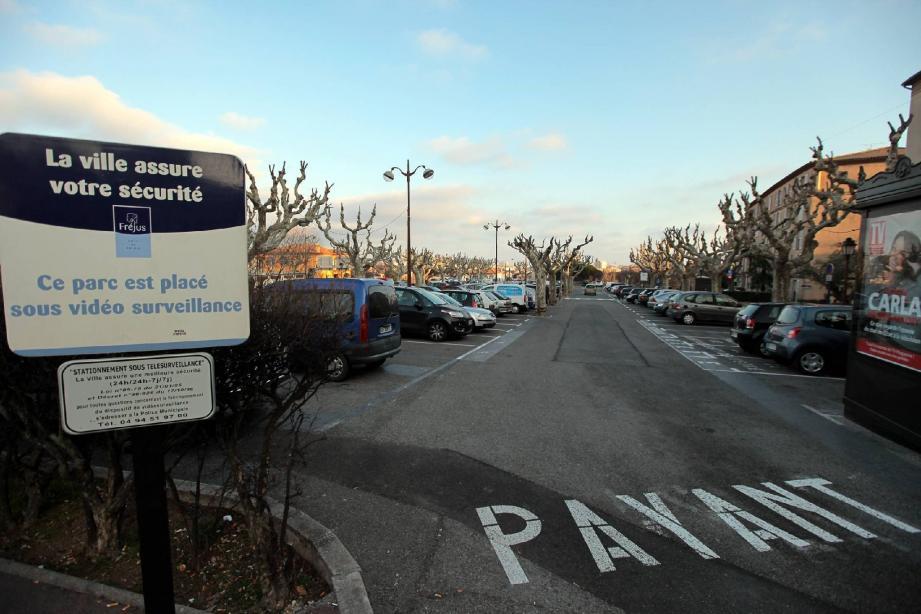 Pour stationner sur le parking Vernet, il faudra payer. Avant l'été, les horodateurs céderont leur place à des barrières et caisses automatiques.