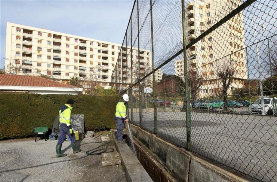 Des ouvriers d'une entreprise de travaux publics ont découvert un crâne humain en fin de matinée dans un caniveau de l'ouest de Nice.