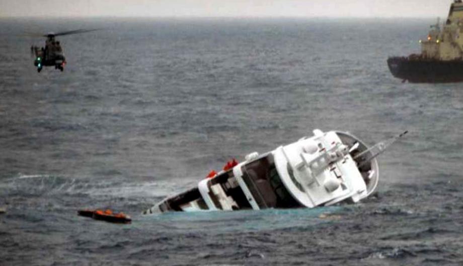 Le yacht de Stéphane Courbit le Yogi sombre en mer Egée.