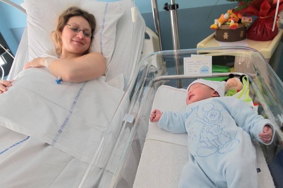Nadège, la jeune maman, ne lâche pas son fils, Luka, du regard.