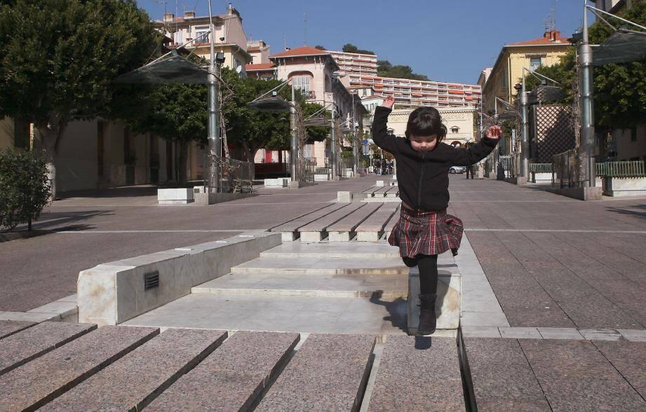 D'ici la fin de l'année, cette petite fille sautera de fontaine en fontaine et atterrira sur un plancher en bois exotique.