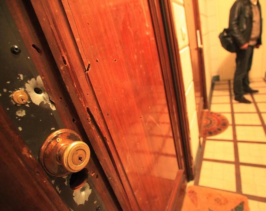 La porte de l'appartement de la rue Andrioli témoigne de la fusillade. 33 douilles avaient été ramassées par les policiers.