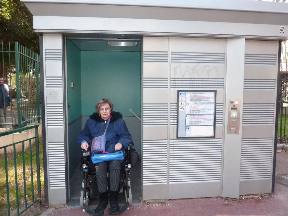La ville s'est dotée d'une vingtaine de « sanisettes » adaptées aux personnes en fauteuil.