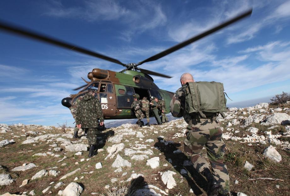 Héliportée le matin, une unité de l'infanterie a pris position sur le col de la Glacière. Sa mission : conquérir et sécuriser le lieu.