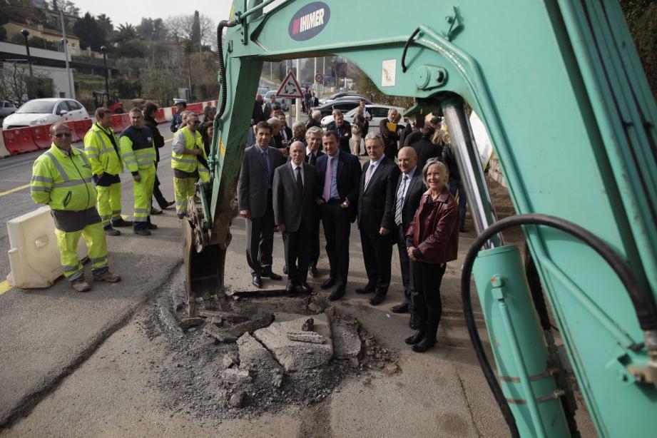 Un premier coup de bulldozer suivi de très près par les élus du département et les maires des communes concernées.