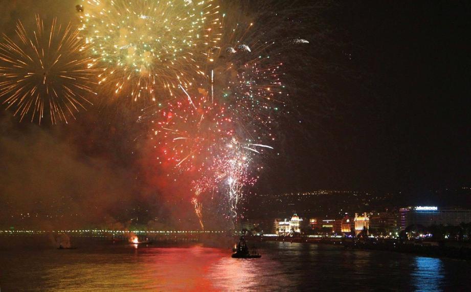 Le carnaval de Nice s'est achevé en apothéose hier soir. Auréolé par un feu d'artifice magique, transformant le ciel de la Baie des Anges, en joyau céleste !