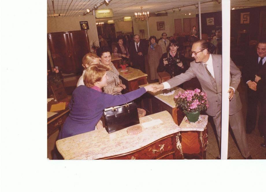 1980 : Charles Gilly (cravate rouge) et son épouse (foulard bleu derrière le photographe) sur leur stand du Salon du meuble à Paris, lors d'une visiste de Jacques Chirac. La famille Gilly est présente chaque année sur la foire de Brignoles. 2003 : Michel Gilly dans le magasin du Luc. 2012 : Les meubles en bois sont fabriqués sur-mesure par des entreprises françaises de différentes régions selon les bois. Dans l'atelier, un employé vérifie le montage d'un buffet.