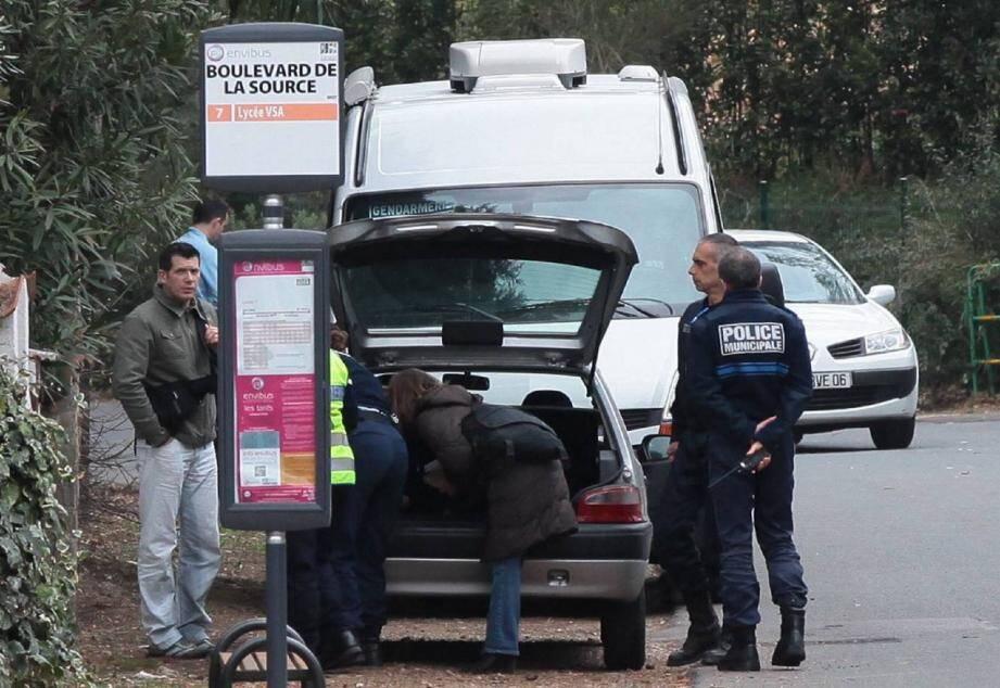Craignant que l'inspecteur Jean-Michel Dumont ait piégé sa maison, les gendarmes de la compagnie de Cannes ont fait appel à des démineurs et des pompiers pour effectuer les fouilles.