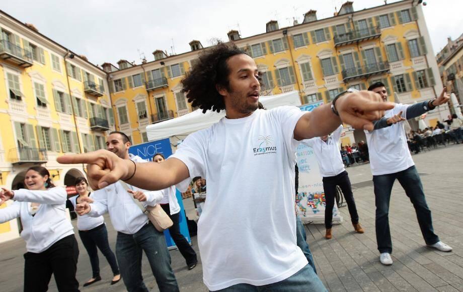 Sur un air de salsa, ils ont fêté hier sur la place Garibaldi les 25 ans du programme Erasmus. Un dispositif d'échange d'étudiants encore trop peu connu.